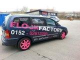 Firmenwagen Neon-pinke Seite