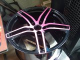 pulverbeschichtet schwarz/pink hochglanz mit pinken Speichen