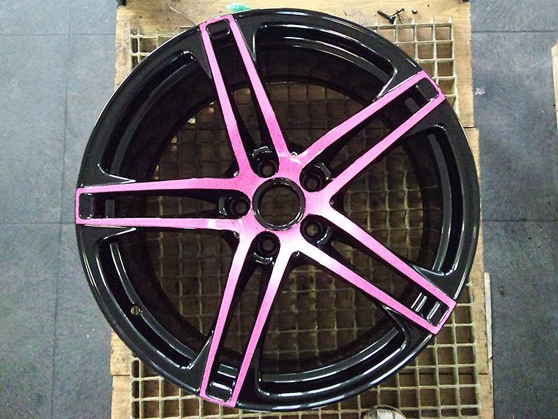 pulverbeschichtet schwarzpink hochglanz mit pinken Speichen