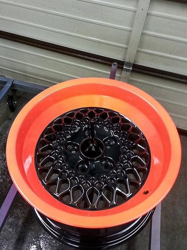 pulverbeschichtet orange mit dunkelgrünem Eigenmix