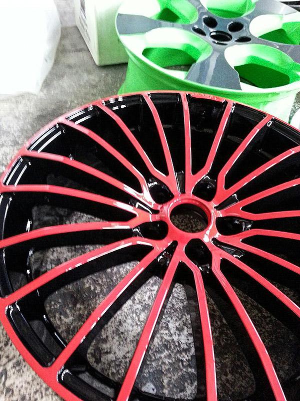 pulverbeschichtet schwarz mit roten Speichen