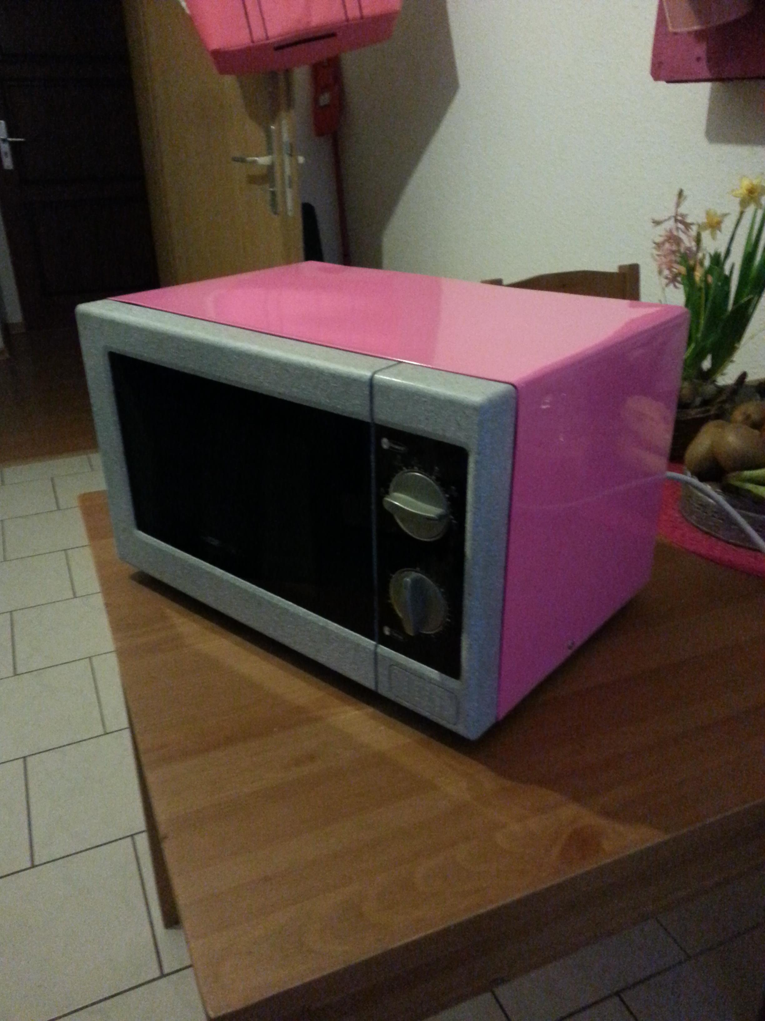 Mikrowelle in pink gepulvert mit Granit-steinfront